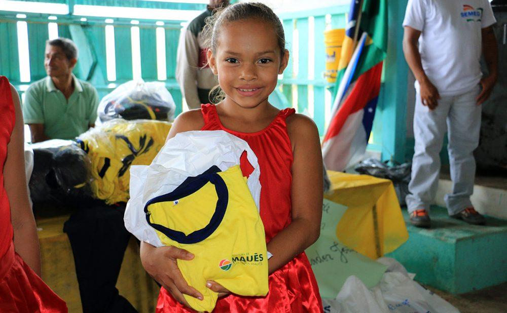 Crianças da zona rural recebem fardamentos e kits de material escolar