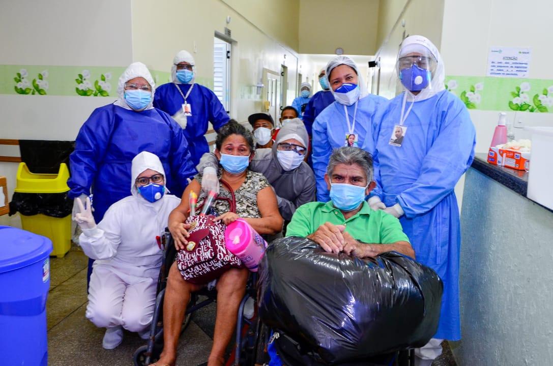 Equipe de saúde do Hospital Dona Mundiquinha em Maués com pacientes curados de Covid-19