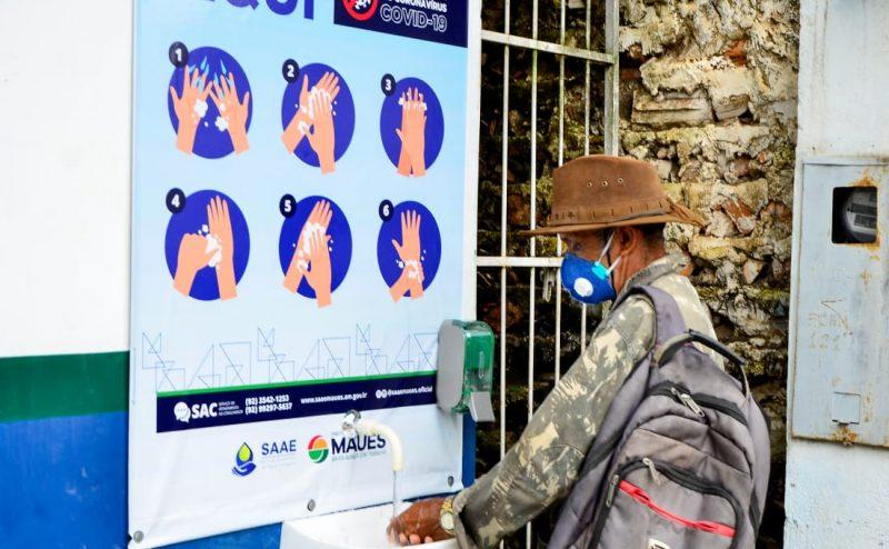 Prefeitura instala pias em locais públicos para a população higienizar as mãos
